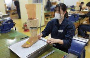 1年生 下腿義足製作(実習)も大詰め